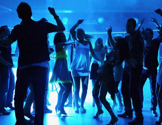 Ouvir música faz com que as pessoas bebam mais álcool