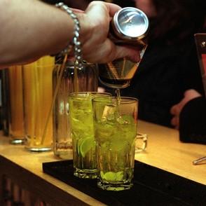 Álcool + energético: combinação potencializa a vontade de continuar bebendo