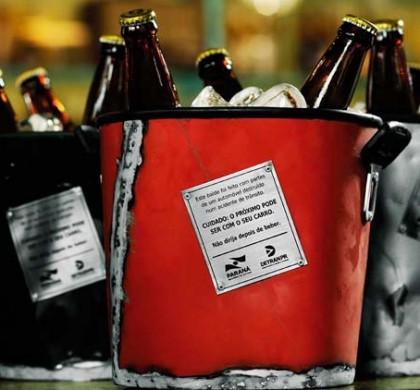 Campanha usa restos de carros envolvidos em acidentes como balde de bebidas