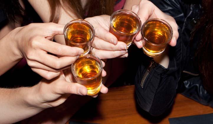 Após diversos casos de abuso de álcool, universidades criam práticas de prevenção e tratamento