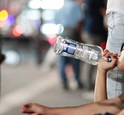 """""""Larguei a escola pelo bar"""": o drama dos jovens que lutam contra o alcoolismo"""