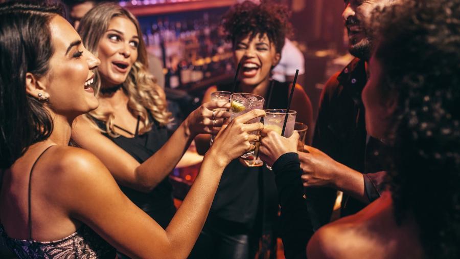 Beber estimula o sexo? E brigas? Mitos e verdades sobre efeitos do álcool