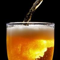 Comerciais de cerveja podem influenciar crianças e adolescentes a beber mais cedo